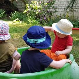 Wenn es sehr warm ist, spielen wir im Garten mit Wasser.
